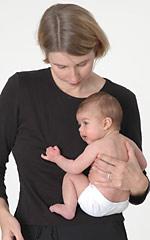 Držení miminka na boku - přirozeně přitahuje nožičky